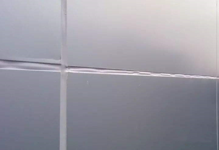 Bulge of glass curtain wall seam(left)and Bulge of aluminum panel curtain wall seam